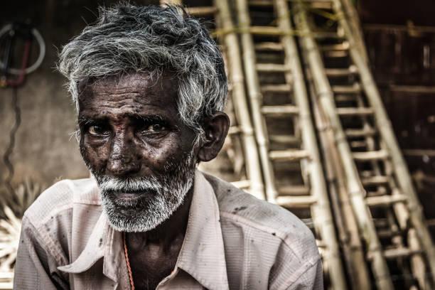 kırsal köy koyu tenli hint yaşlı adam - sadece yaşlı bir adam stok fotoğraflar ve resimler