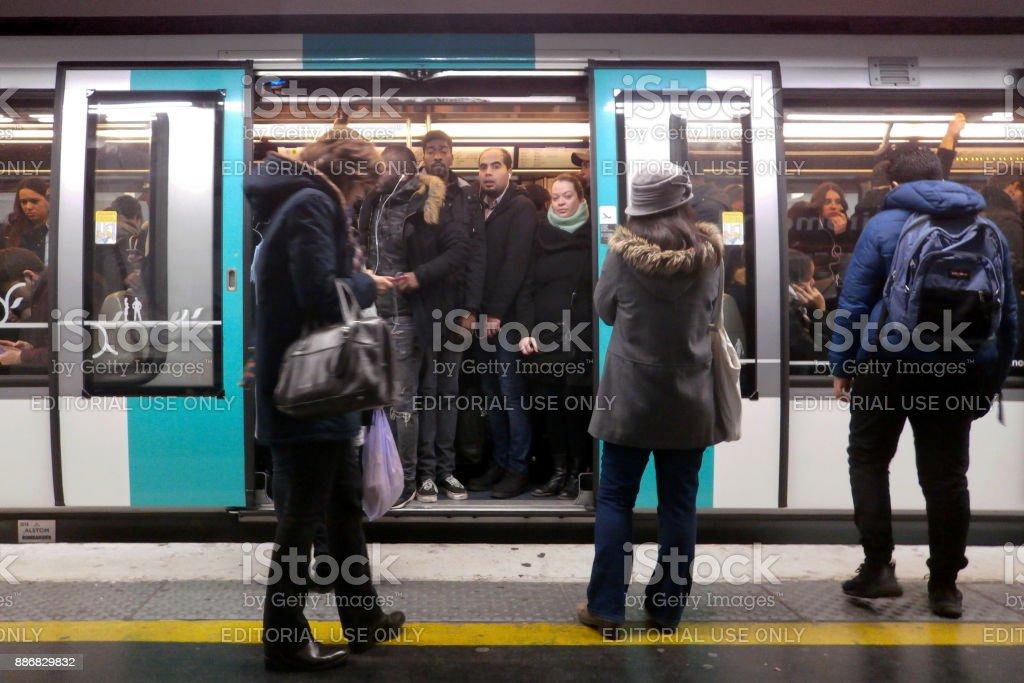 Heure de pointe dans le métro parisien - Photo