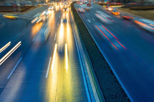 Rush Hourverkehr In Der Nacht Auf Mehrspurige Strecke Stockfoto und mehr Bilder von Abenddämmerung