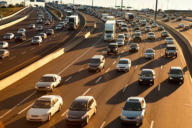 러시 아워 교통 체증 굴절률은 freeway - 토론토 온타리오 뉴스 사진 이미지