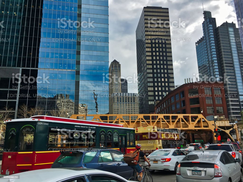 Rush hour traffic on Wacker Drive in Chicago during spring. - Royalty-free Architecture Stock Photo