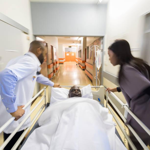 Se précipitant un patient aux urgences - Photo