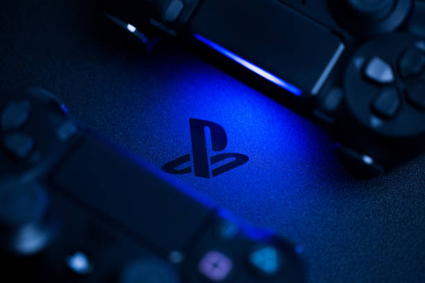 rusland, oktober 24 2019: ps4 console achtergrond. playstation 4-controllers. sony gaming console - playstation stockfoto's en -beelden
