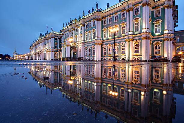 russia, st. petersburg, hermitage buildings reflected in water, evening. - sint petersburg rusland stockfoto's en -beelden
