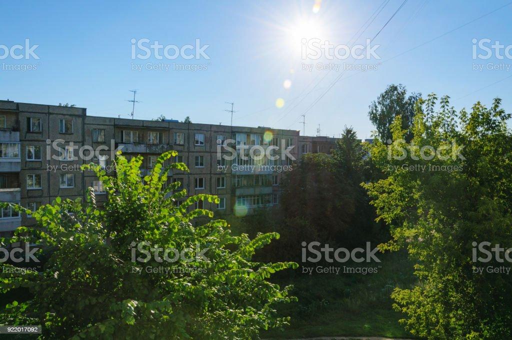 Rússia. vista sobre a antiga casa de tijolo no sol poente - foto de acervo