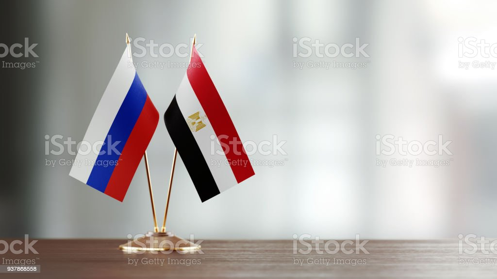 Par de bandera rusa y egipcia en un escritorio sobre fondo Defocused - foto de stock