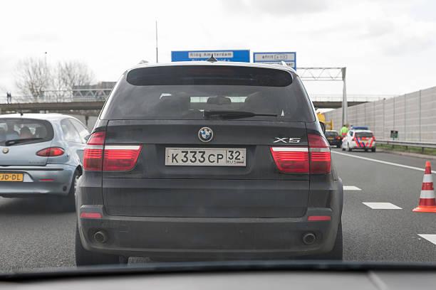 russische bmw x5 auf niederländisch highway - bmw x5 stock-fotos und bilder