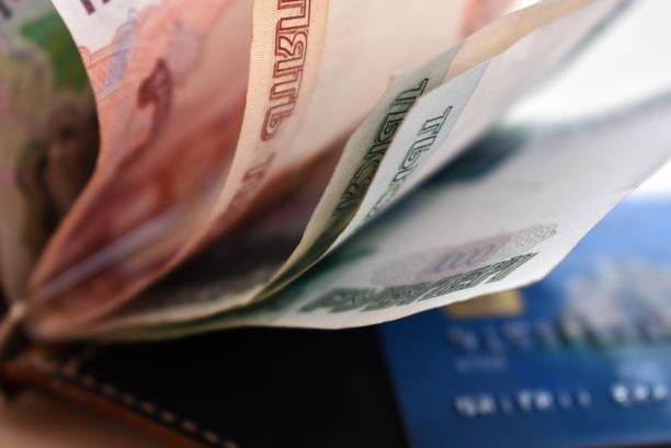 지갑에서 러시아 화폐입니다. - 러시아 루블 뉴스 사진 이미지