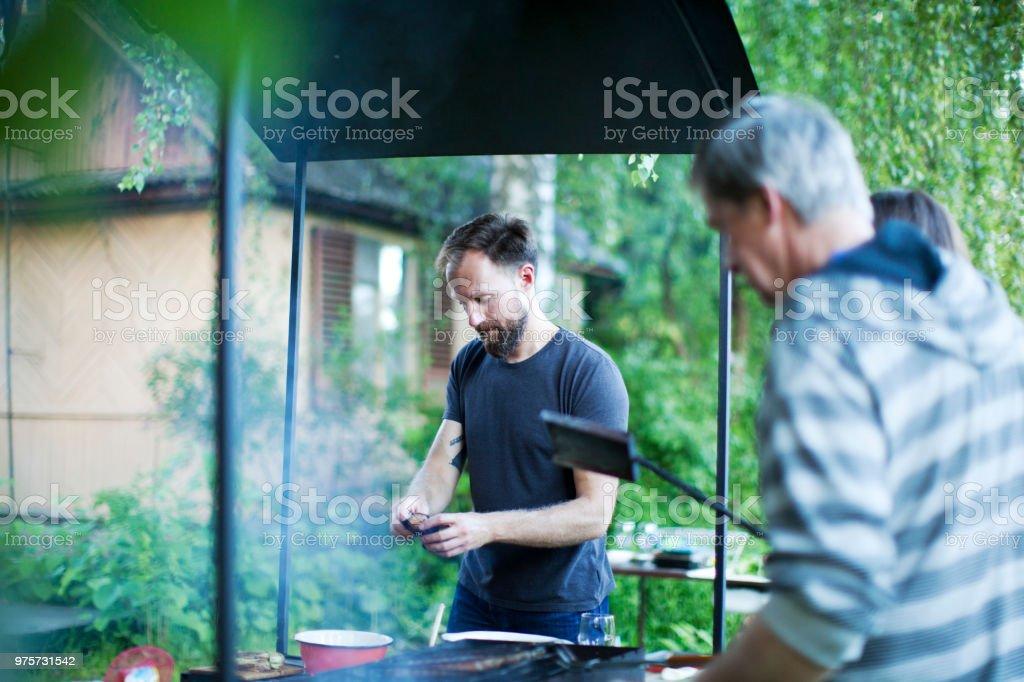 Russische Familie im freien zum Grillen - Lizenzfrei 40-44 Jahre Stock-Foto