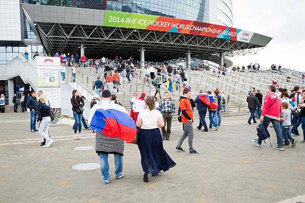 ventiladores de rusia en frente de arena en bielorrusia minsk - gran inauguración fotografías e imágenes de stock