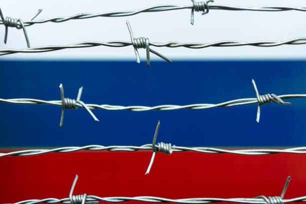 Russische Flagge und Stacheldraht – Foto