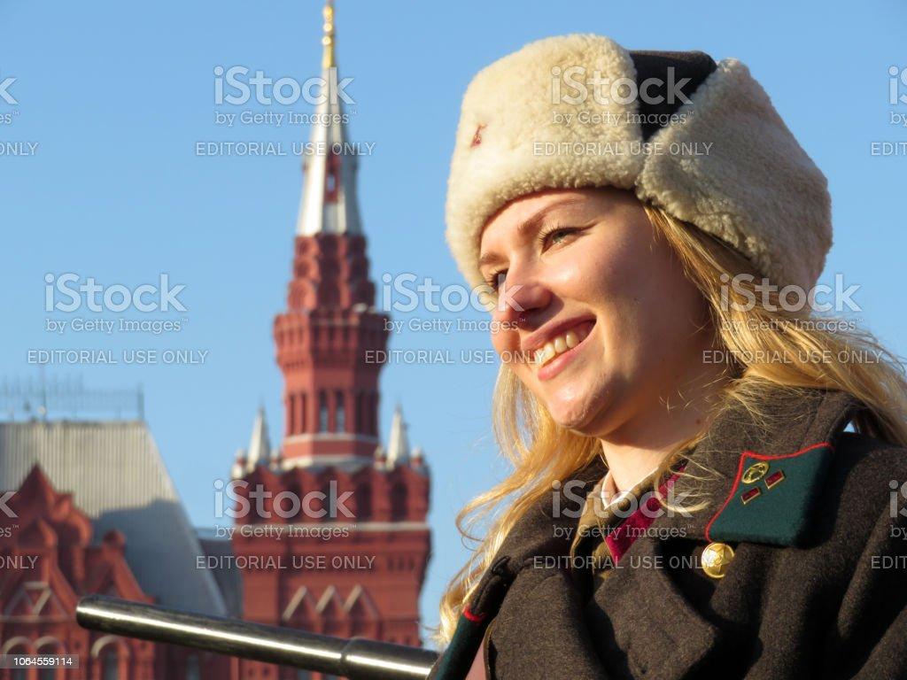Rus kız Moskova Kızıl meydanında Sovyet askeri üniformalı stok fotoğrafı
