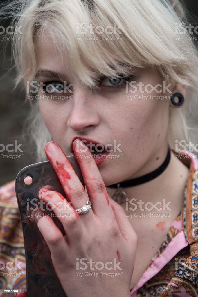 Russian girl with blue eyes with a bloody butcher knife. foto stock royalty-free
