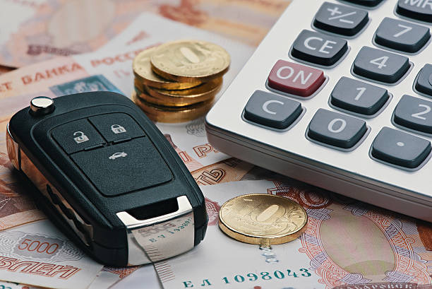 russian money, calculator and key from car. - 러시아 루블 뉴스 사진 이미지