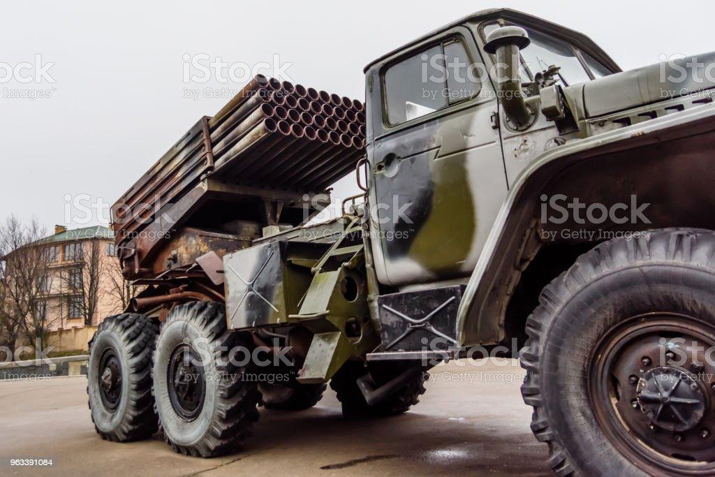Ryska flera raketgevär monterad på en sovjetisk militär lastbil - Royaltyfri Aggression Bildbanksbilder