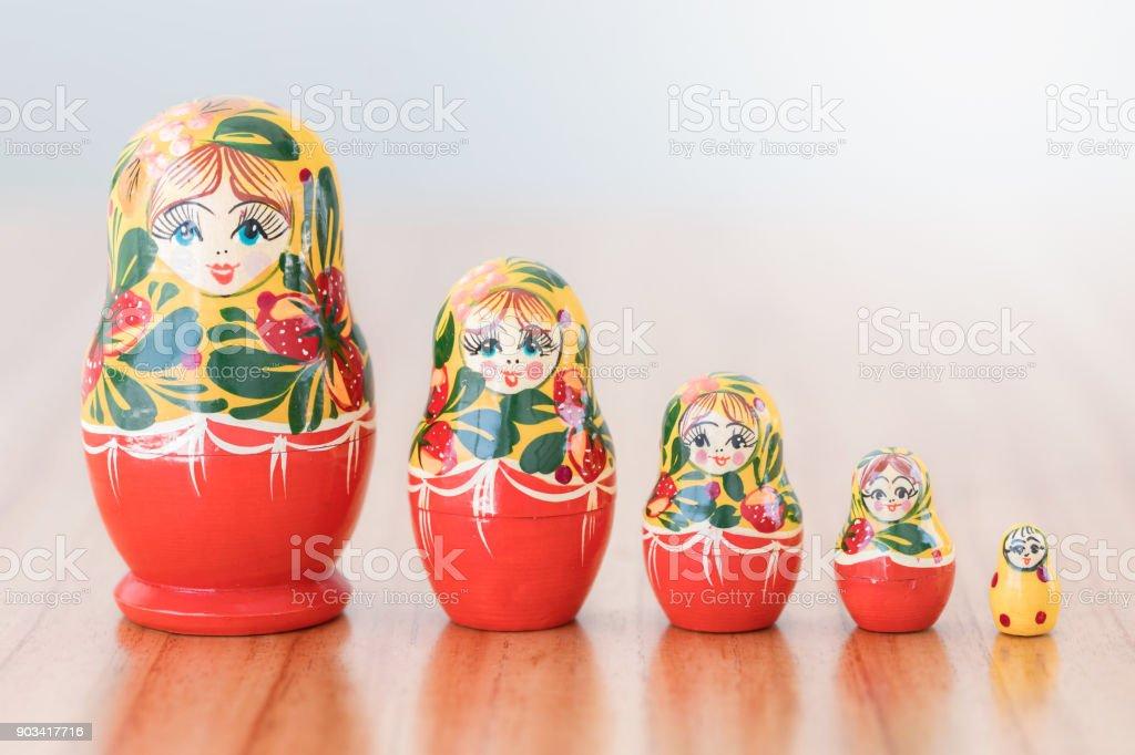 Russische Verschachtelung Puppe stehen in einer Linie – Foto