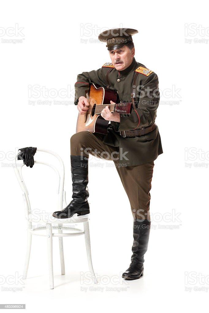 Russian oficial com guitarra - foto de acervo