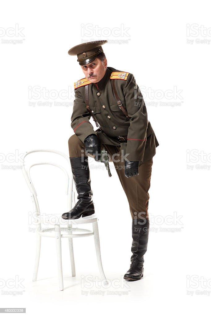 Russian oficial com arma de fogo - foto de acervo