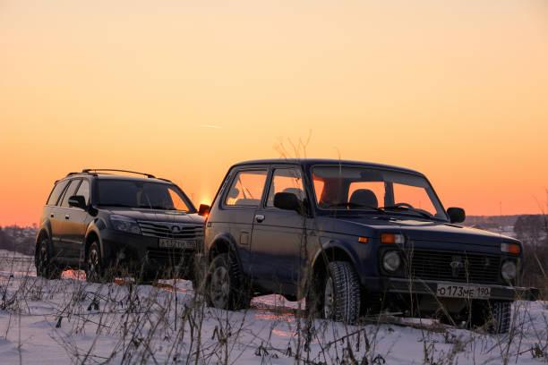russischer geländewagen lada niva und chinesischen suv great wall hover h3 - lada niva stock-fotos und bilder