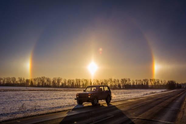 russischer geländewagen lada niva und halo - optisches phänomen - lada niva stock-fotos und bilder