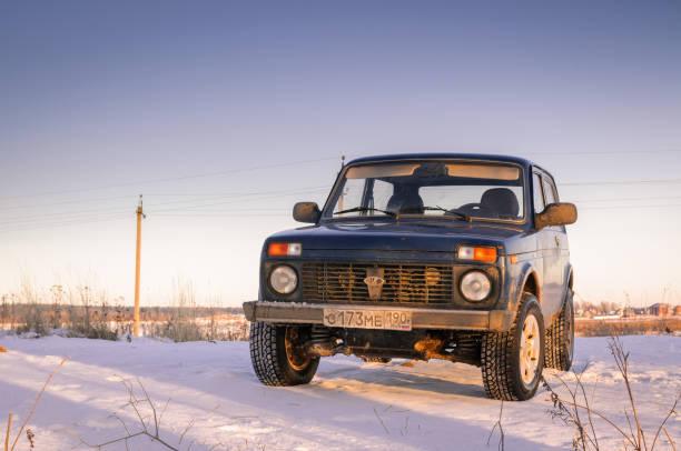 russischer geländewagen lada niva - lada niva stock-fotos und bilder