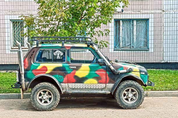 russische off-road-suv-lada niva 4 x 4 - lada niva stock-fotos und bilder