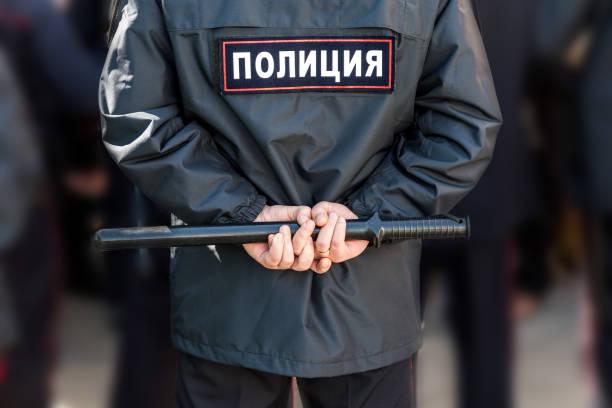 Russische Polizisten mit Polizei Schlagstock. Text in russischer Sprache: Polizei – Foto