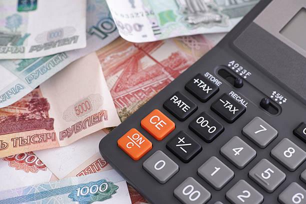 러시아 루블 banknotes 및 계산기 - 러시아 루블 뉴스 사진 이미지