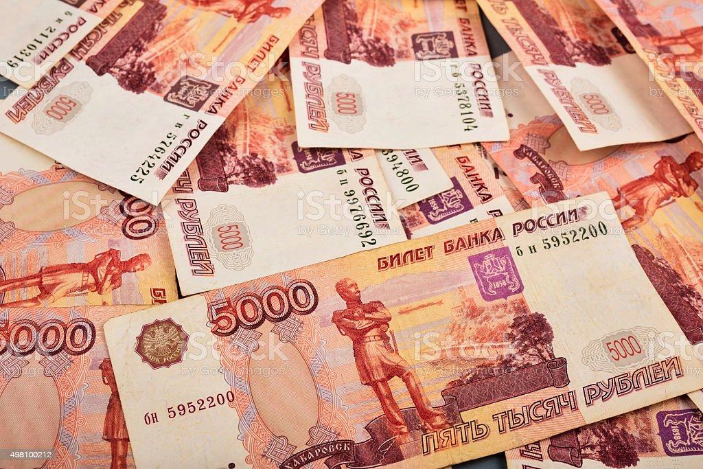 Billete de rublo ruso se plantean en un fondo gris - foto de stock