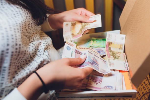Russische Rubel in der Hand eines fan.male Hand hält viele der russischen Banknoten. Der Geldtransfer. Die isolierten fünftausendsten russischen Rubel-Bezeichnungen in einer Hand. – Foto
