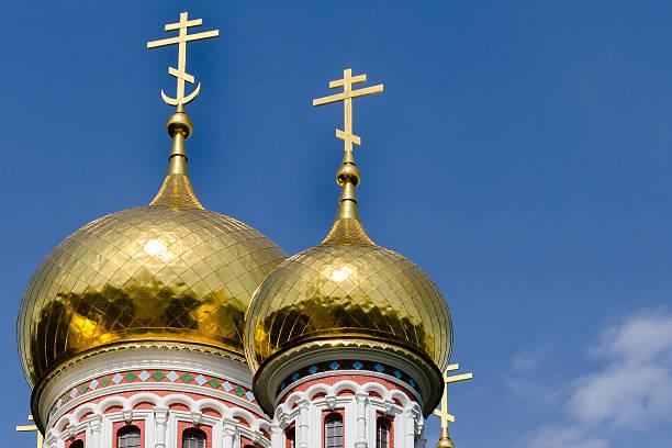 russischen stil kirche in shipka, bulgarien - russisch orthodoxe kirche stock-fotos und bilder