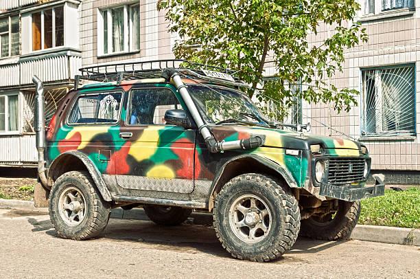 russische suv lada niva 4 x 4 - lada niva stock-fotos und bilder