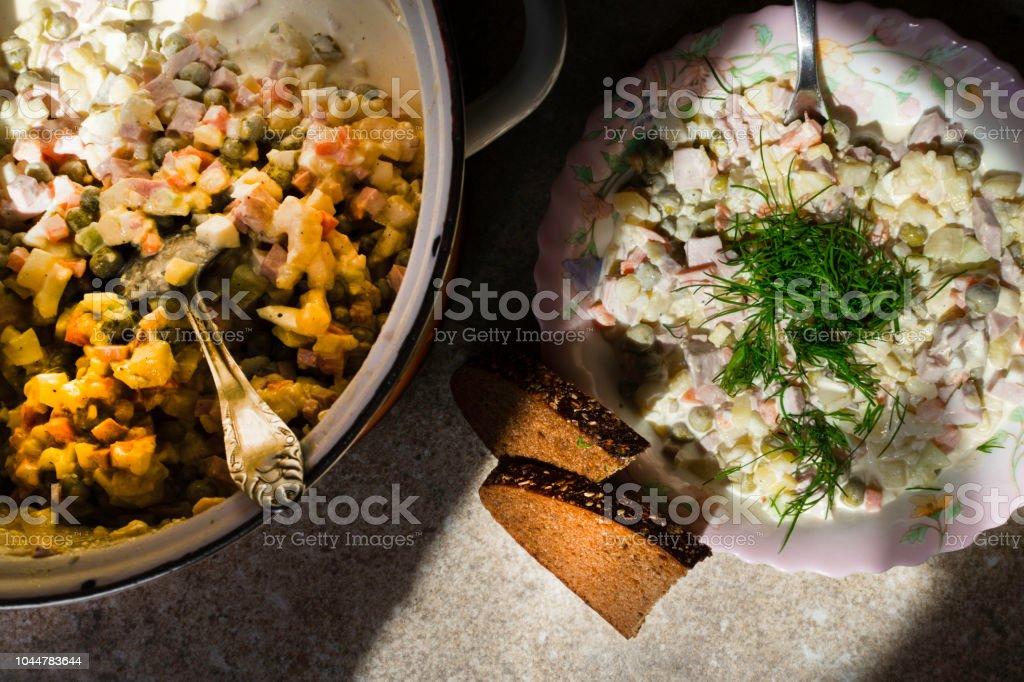 Salat Weihnachten.Russische Traditionelle Salat Olivier Mit Gemüse Und Fleisch Brot Winter Weihnachten Salat Stockfoto Und Mehr Bilder Von Brotsorte