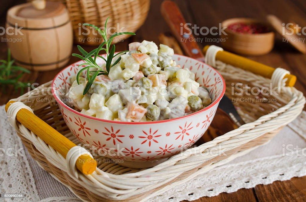 Tradicional Salada russa Olivier com legumes e carne foto royalty-free
