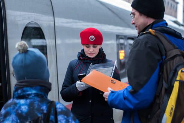 russian train conductor in a red beret - konduktor pociągu zdjęcia i obrazy z banku zdjęć