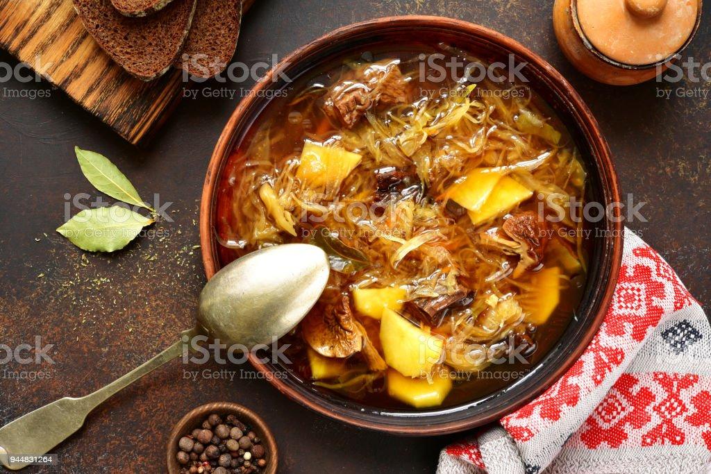 Russische vegetarische Sauerkraut Suppe (Schtschi) mit getrockneten Pilzen – Foto