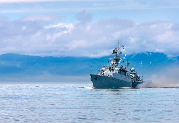 navio de guerra indo ao longo da costa - fragata - fotografias e filmes do acervo