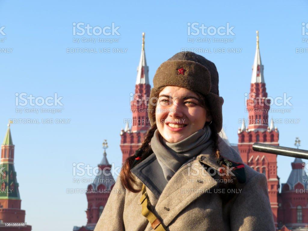 Kızıl Meydan Moskova'da Sovyet askeri üniformayı Rus kadın asker stok fotoğrafı