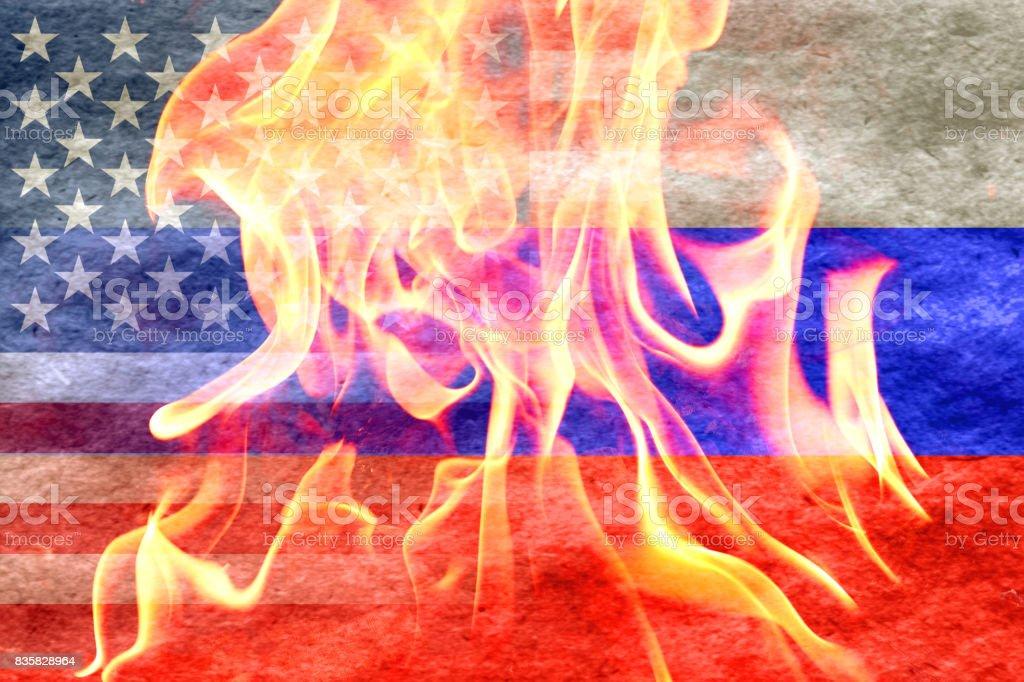 Bandeira de russo, desvanecendo-se na bandeira americana com fogo na frente - Foto de stock de Arma Nuclear royalty-free