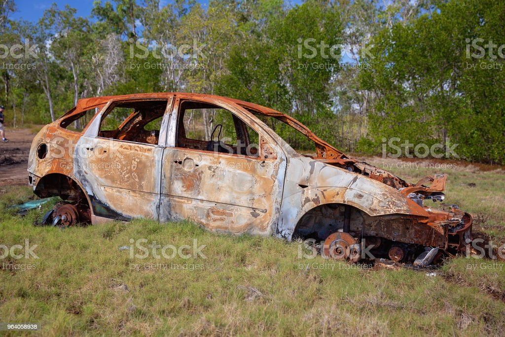 錆びた車難破してマングローブの中で放棄 - くず鉄置場のロイヤリティフリーストックフォト