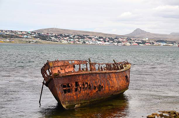 rusted ship wreck, stanley - port stanley falkland islands stockfoto's en -beelden