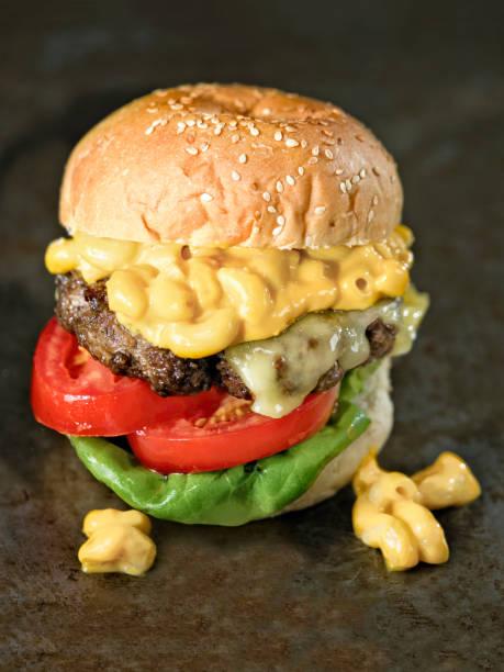 rustikalen amerikanischen mac und käse hamburger - hamburger makkaroni stock-fotos und bilder