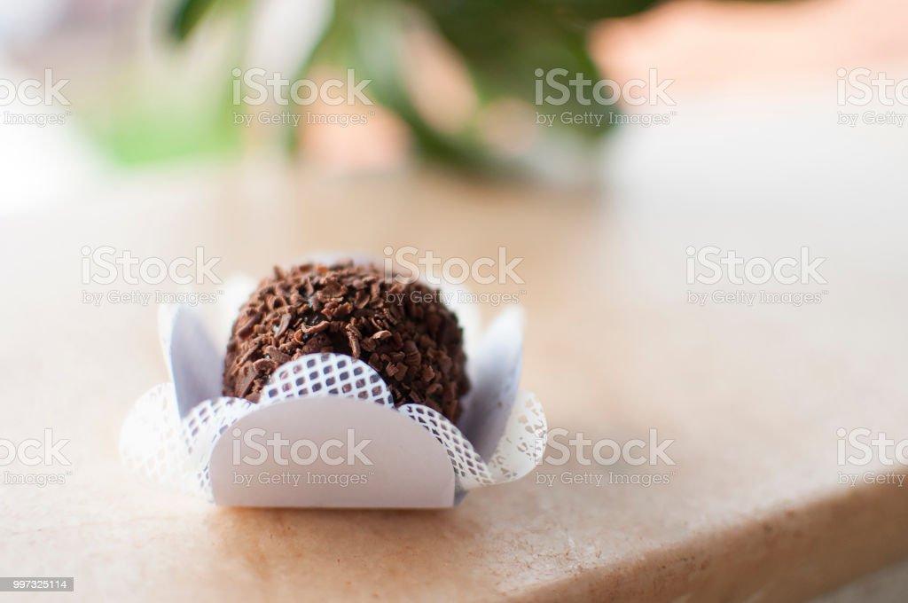 Rústico e gourmet brasileiro Brigada de chocolate na mesa de madeira. Foco seletivo - foto de acervo