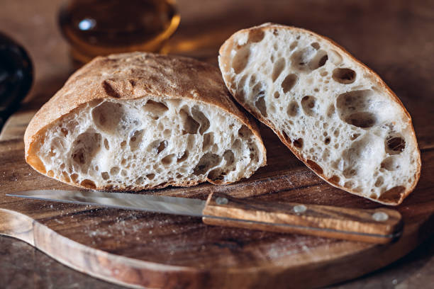 소박한 장인 빵 또는 이탈리아 ciabatta - 치아바타 빵 뉴스 사진 이미지