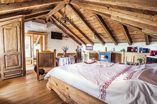 rustikale dachgeschoss schlafzimmer innenansicht - cottage schlafzimmer stock-fotos und bilder
