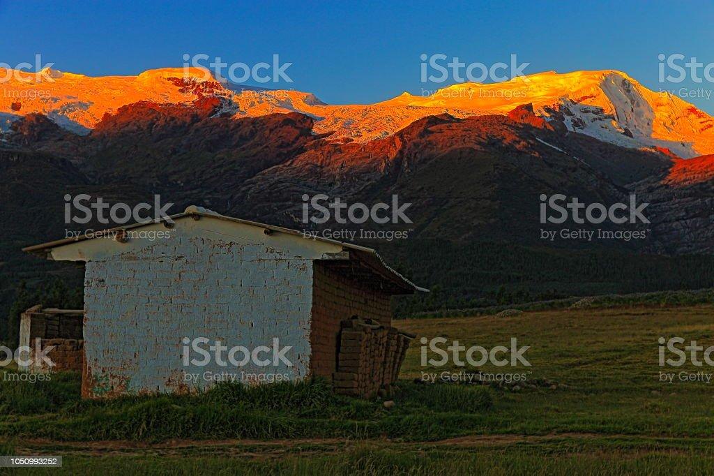 Rústica celeiro e Cordilheira Blanca, cobertas de neve dos Andes - Huaraz, Ancash, Peru - foto de acervo