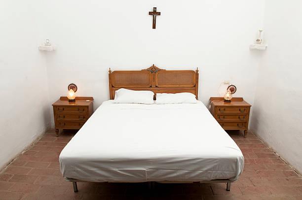 rustikale bett in einem landhaus - cottage schlafzimmer stock-fotos und bilder