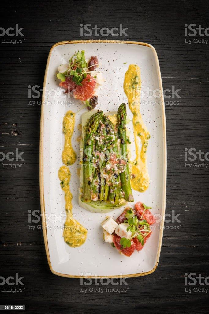 소박한 검은색 테이블 및 채식 요리 - 로열티 프리 0명 스톡 사진