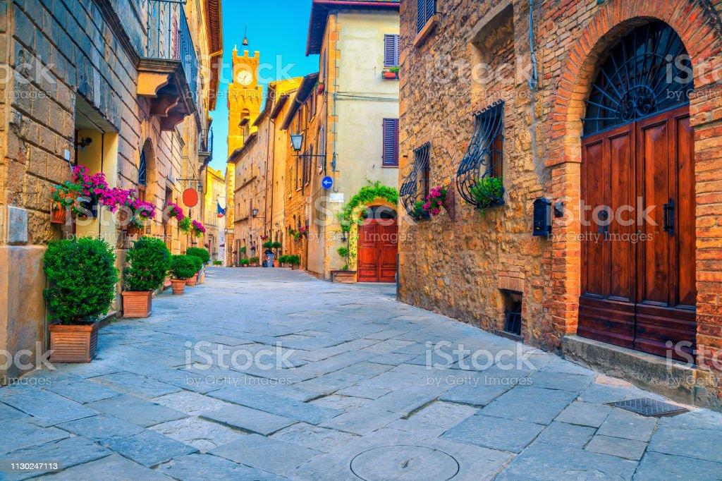 Rustikale Ziegel und Stein Häuser dekoriert mit bunten Blumen, Italien – Foto