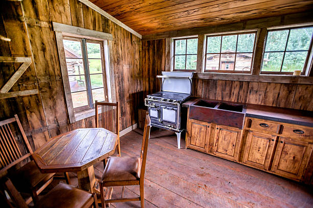 rustikalen kabine innen - landhausstil küche stock-fotos und bilder